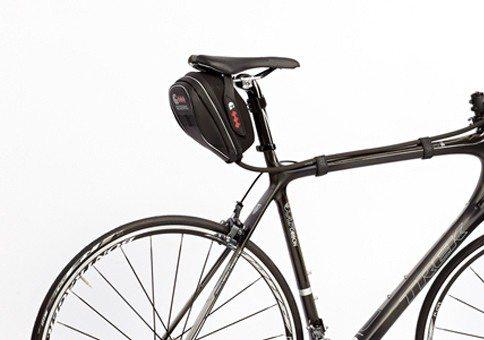 מנשא מים קומפקטי המורכב על האופניים